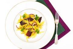 Салат желтых свекл с красным луком и отрывистым говядины Стоковые Фотографии RF