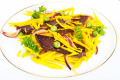 Салат желтых свекл с красным луком и отрывистым говядины Стоковая Фотография