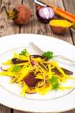 Салат желтых свекл с красным луком и отрывистым говядины Стоковое фото RF