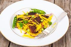 Салат желтых свекл с красным луком и отрывистым говядины Стоковое Изображение