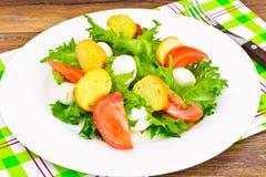 Салат зеленых салата, томата, Bruschetta и моццареллы Стоковые Фотографии RF