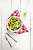 Салат зеленых цветов и томатов с оливковым маслом Стоковые Фотографии RF
