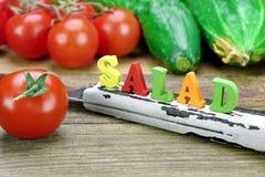 Салат знака сделанный от деревянных писем и свежих местных овощей Стоковые Фото