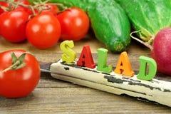 Салат знака сделанный от деревянных писем и свежих местных овощей Стоковое Фото