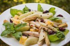 Салат из курицы, груши, высушил крыжовники и смородины, сыр на базилике выходят Деревянная предпосылка Взгляд сверху Конец-вверх Стоковое Фото