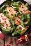 Салат из курицы с концом-вверх arugula и гранатового дерева Вертикаль к Стоковые Изображения RF