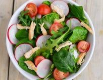 Салат из курицы с турнепсами и листьями ракеты стоковое изображение