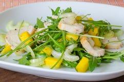 Салат из курицы с ruccola и мангоом Стоковые Изображения RF