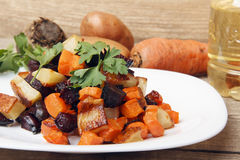 Салат испек бураки, свежие морковей и картошки Стоковое Изображение
