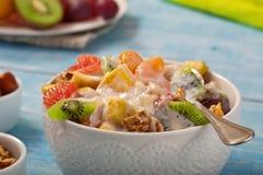 Салат и югурт свежих фруктов крупного плана Стоковое фото RF