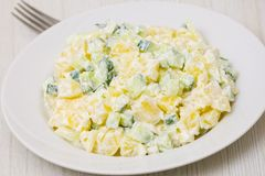 Салат картошки с луками и огурцом Стоковые Изображения