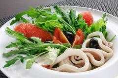 Салат кальмара, трав и грейпфрута на плите Стоковое Фото