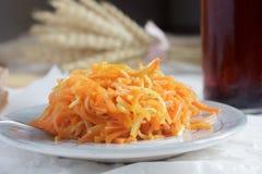 Салат корня моркови и сельдерея в малой плите на белом деревянном tabl Стоковая Фотография RF