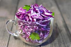 Салат красной капусты Деревянная предпосылка, селективный фокус стоковое фото rf