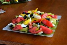 Салат красочных овощей, вареного яйца и оливок отрезка Стоковая Фотография RF