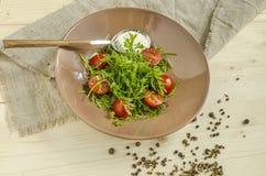 Салат кресс-салата с томатами и сметаной вишни Надземный взгляд Стоковое Фото
