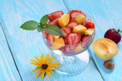 Салат клубники и абрикоса с листьями мяты Стоковое Фото