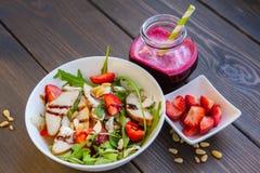 Салат клубник с гайками сосны, arugula и цыпленком Стоковое Фото
