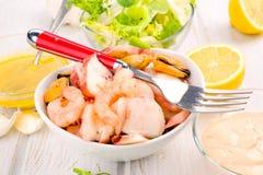 Салат морепродуктов на белом шаре фарфора с вилкой Стоковые Изображения RF