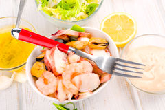 Салат морепродуктов на белом шаре фарфора с вилкой Стоковая Фотография RF