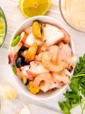 Салат морепродуктов на белом шаре фарфора Стоковое Изображение RF