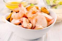 Салат морепродуктов на белом шаре фарфора стоковая фотография