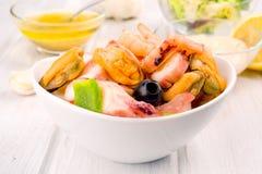 Салат морепродуктов на белом шаре фарфора стоковое фото