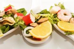 Салат морепродуктов на ложке фарфора 3 Стоковое фото RF