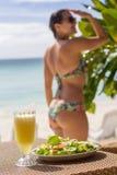 Салат морепродуктов, оранжевый свежий сок около моря Стоковые Изображения RF