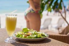 Салат морепродуктов, свежий сок на таблице около моря Стоковые Фото