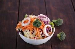 Салат на деревянной предпосылке Стоковое Изображение RF