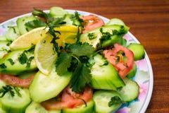 Салат на деревянной таблице Стоковые Изображения RF