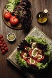 Салат на старой деревянной доске Черные томаты вишни зебры Стоковая Фотография RF
