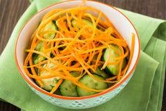 Салат огурца с морковью в шаре Стоковые Изображения RF