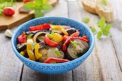 Салат от зажаренных в духовке aubergine, сладостного перца и лука Стоковые Изображения