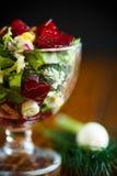 Салат от кипеть свеклы с яичками и свежими овощами Стоковое Изображение