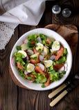 Салат от немножко посоленных семг, кипеть картошек, яичек триперсток с огурцом и редиски Стоковые Фотографии RF