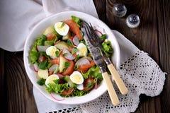 Салат от немножко посоленных семг, кипеть картошек, яичек триперсток с огурцом и редиски Стоковое Изображение RF