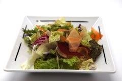Салат от свежих листьев капусты, капусты цвета, морковей, луков на плите фарфора Стоковое фото RF