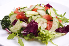 Салат от свежих овощей и зеленых цветов стоковая фотография rf