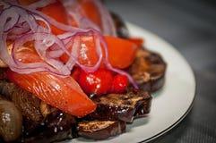 Салат от томатов баклажанов и смычка Стоковое Изображение