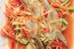 Салат папапайи крупного плана с свежей креветкой тайской еды, SOMTUM Стоковые Изображения RF