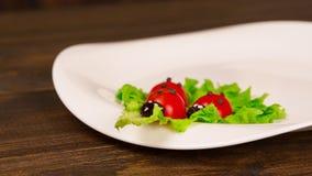 Салат при томаты украшенные в форме ladybugs с картофельными пюре Стоковые Изображения