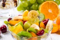 Салат плодоовощей и ягод стоковые изображения rf
