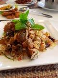 Салат рыб тайской еды пряный кудрявый зажаренный Стоковые Фотографии RF