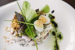 Салат салата и мяса вареного яйца на белой плите Стоковое фото RF
