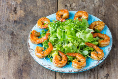 Салат салата креветки морепродуктов на голубой плите Стоковое Изображение RF