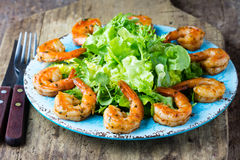 Салат салата креветки морепродуктов на голубой плите Стоковые Изображения RF
