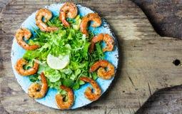 Салат салата креветки морепродуктов на голубой плите Стоковое Изображение