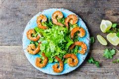 Салат салата Srimp на голубой плите, деревянной деревенской предпосылке Стоковые Изображения RF